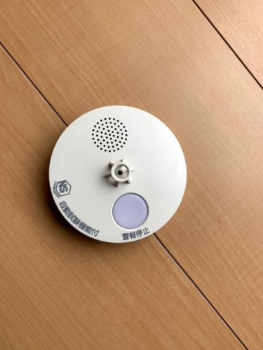 深夜に響き渡る音声…火災報知器の電池を交換する