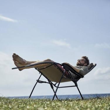 コールマン インフィニティチェアは芝生に映えてリゾート感がある